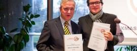 Olli Rehn und Oliver Prothmann_Petitionsübergabe